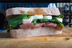 Sandwich cu prosciutto si mozzarella