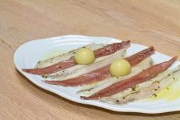 Boquerones en vinagre, anchoas y aceitunas