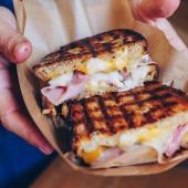 Bikini auto Rosellón  queso jamón dulce cebolla caramelizada