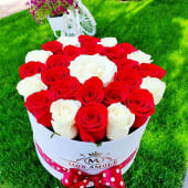 Trandafiri albi si rosii in cutie alba de lux 365lei