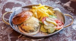 Hamburguesa De 'Vaca Madurada Con Pan De Brioche Y Queso Cheddar
