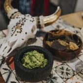 Guacamole casero con totopos