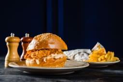 Nashville hot chicken sandwich + cartofi prajiti