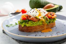 Авокадо-тост з яйцем та лососем  (230г)