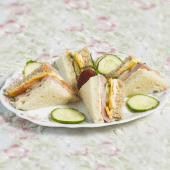 Sándwich De Jamón De Pavo, Queso Cheddar, Tomate Y Pepino