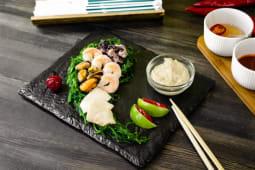 Салат чука з морепродуктами та горіховим соусом (200г)