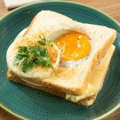 Sándwich mixto con aguacate y huevo frito