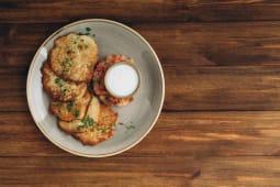 Картопляні деруни з слабосоленим лососем і томатами (300г)