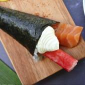 Temaki salmón, kanikama y Philadelphia (1 ud.)