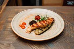 Філе лосося-гриль на баклажані з соусом Бер-блан (200г)