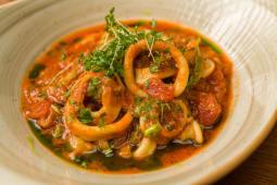Inele de calamar marinate in sos pomodoro