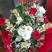 Ramo de flores variadas con 6 rosas rojas