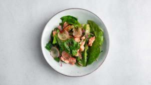 Салат с лососем и шпинатом