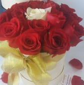 Cutie cu 19 trandafiri, 18 rosii si unul alb