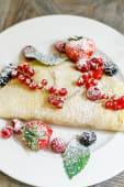 Puszysty omlet z domową konfiturą i sezonowymi owocami