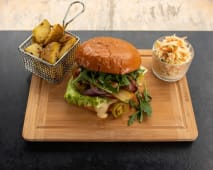 Burger klasyczny + pieczone ziemniaki + surówka colesław 750g
