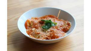 Ravioli de ricotta, espinafres e nozes, molho de tomate e manjericão