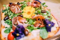 Pizza rúcula y crudo (5 porciones)