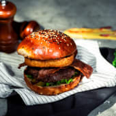 """Burger classic """"We know beef''"""