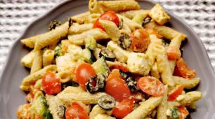 Salata greceasca cu paste integrale (vegetariana)
