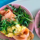 Tosta com ovos e salmão