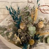 Ramo de flores secas en tonos azulados