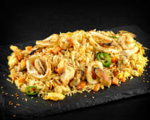 Orez la wok cu fructe de mare