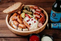 Тарілка ковбасок 4 види з соусами та соліннями