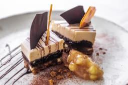 Amber kolač od karamel čokolade i jabuke
