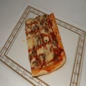Pizza de tomate, mozzarella, carne vacuno y salsa mexicana