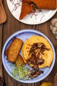 Хумус зі смаженими грибами і хрустким хлібом (200/50г)