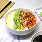Ensalada chirashi con salmón, langostinos, palta y Philadelphia