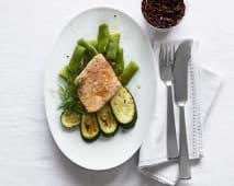 Salmone con erbe aromatiche, taccole, zucchine grigliate e riso rosso