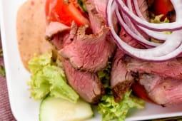 Теплий салат з телятини з горіховим соусом (200г)