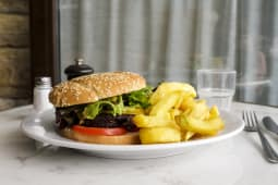Vegan cheese burger (servi avec frites maison et salade)