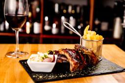 Coaste de porc confiate la cuptor  + O miniatura de vin