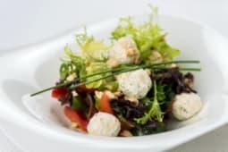 Салат из слабосоленого лосося и сырными шариками креметте