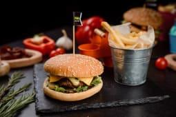 Бургер з телятини + картопля фрі та соус (270г)