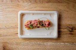 Eclair De Parmesano Relleno De Steak Tartare Con Mayonesa De Mostaza