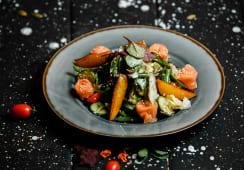 Салат с копченным лососем