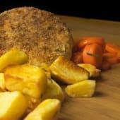 Burger di merluzzo con crosta integrale, patate al forno e carote