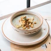 La zuppa rustica di cereali e legumi con crostini