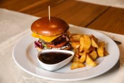 Burger de vită cu cartofi wedges și sos bbq