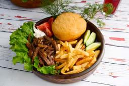 Бауырдак на тарелке с говядиной