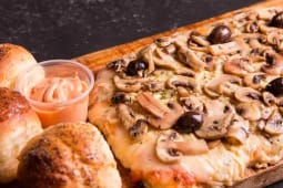 Pizza rectangular con champiñones
