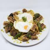 Huevos rotos con torreznos de soria