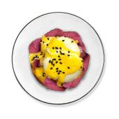 Huevo benedictino con pastrami y aguacate