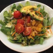 Ensalada de tomate con aguacates y otras frutas tropicales