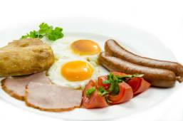 შემწვარი კვერცხი სოსისთან ერთად