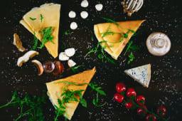 Clătite cu pesto de busuioc, gorgonzola și roșii uscate
